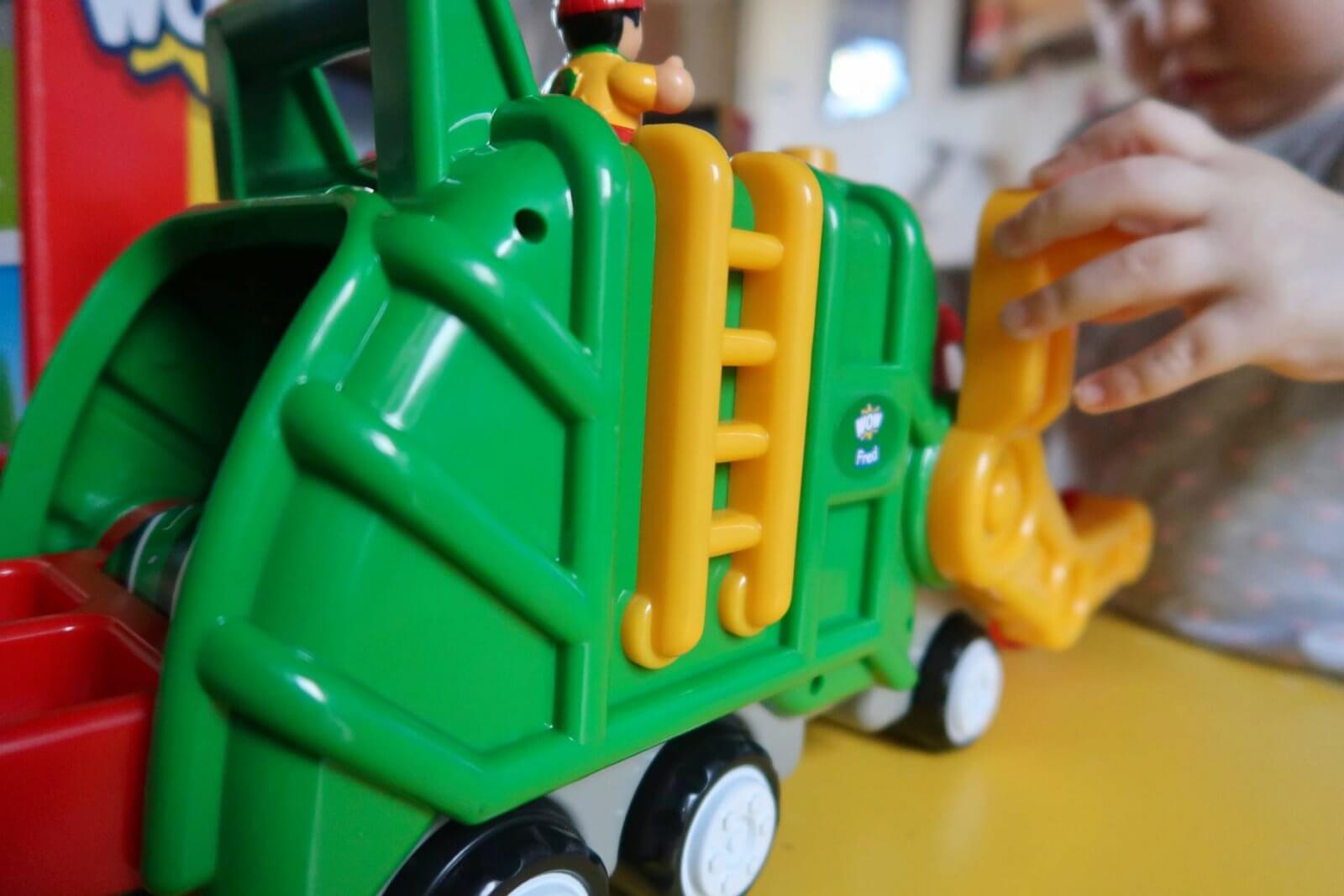 flip 'n' tip fred recycling truck wow toys back